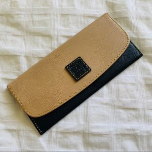 Dooney & Bourke Clutch / Wallet (Brown / Black)